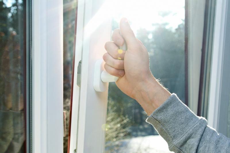 Fenêtre oscillo-battante bloquée : comment la réparer ?